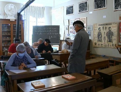 Ils repassent leur certificat dans une école du début XXe siècle